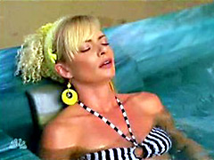Irresistible Jaime Pressly in eye..