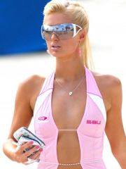 attractive Paris Hilton shows her..