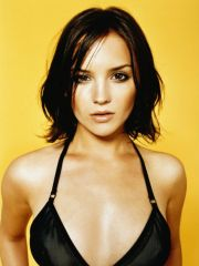 attractive Rachael Leigh Cook shows her..