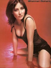 sweet actress Shannon Doherty shows her..