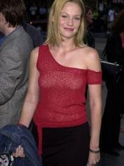 sweet actress Samantha Mathis shows her..