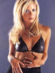 actress Sarah Michelle Gellar shows her..