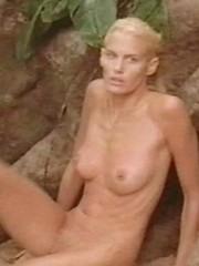 pretty actress Darryl Hannah shows her..