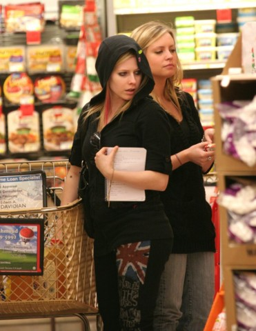 Avril Lavigne looking prettier wearing..