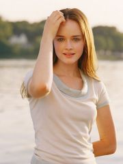 Cute actress Alexis Bledel shows off..