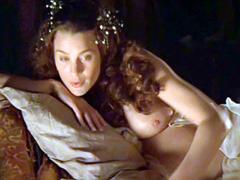 Robin Wright Penn bares her pregnant..