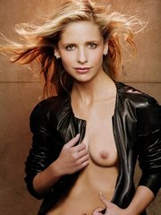 Sarah Michelle Gellar is naked and..