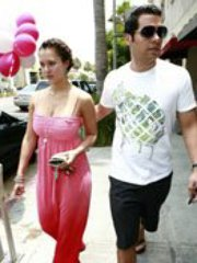 Jessica Alba caught by paparazzi in a..