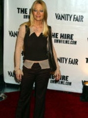 Jeri Ryan posing for paparazzi in a..