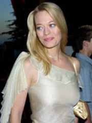 Jeri Ryan posing for the paparazzi in..