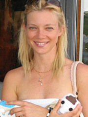 Hollywood actress Amy Smart shows gone..