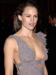 Jennifer Garner braless flashes off big..