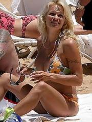 Pamela Anderson hot body in a bikini