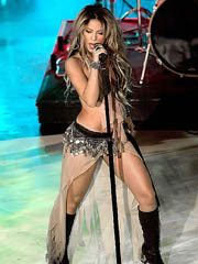 Shakira shakes hot body as she performs
